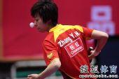 图文:乒球全锦赛首日女团 张怡宁发球