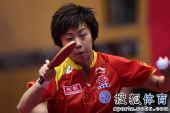 图文:乒球全锦赛首日女团 张怡宁面对来球