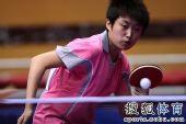 图文:乒球全锦赛首日女团 郭跃发球瞬间