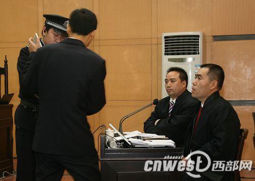 检察员向辩护律师展示证物