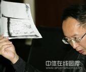 图文:公布于芬奖金账目 律师邓群展示材料
