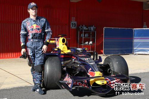 图文:F1巴塞罗那试车第一日 勒布和赛车合影