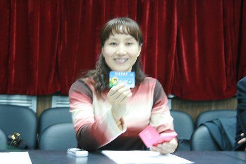 图文:发布会于芬回应游泳中心 于芬展示招行卡