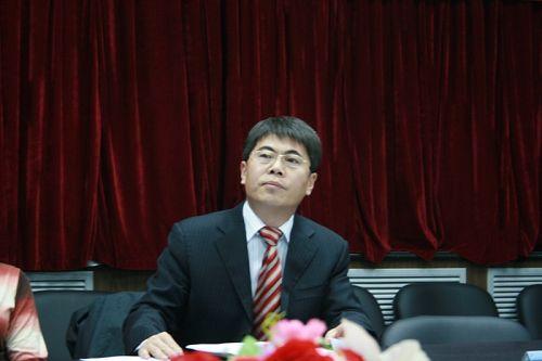 图文:发布会于芬回应游泳中心 委托律师王兆峰