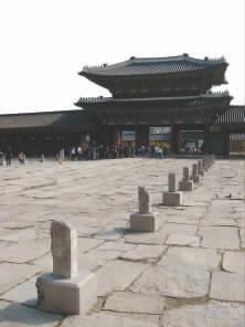 """勤政殿前的""""品阶石""""显示出森严的封建等级"""