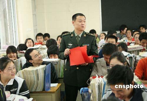 2008年10月21日,河南宝丰武装部政工干部在宝丰一高课堂为同学们解读今年冬季征兵新规则。