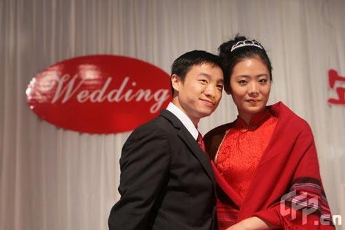 图文:杨威夫妇仙桃摆喜酒 体操伉俪携手亮相