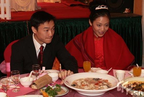 图文:杨威夫妇仙桃摆喜酒 新郎新娘盛装出席
