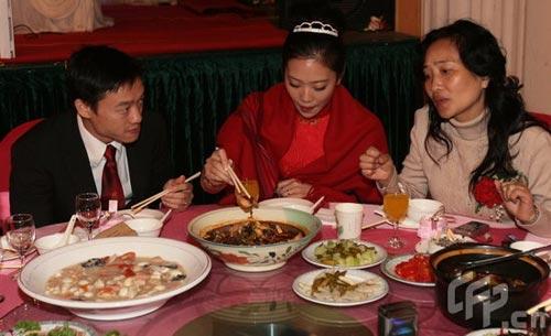 图文:杨威夫妇仙桃摆喜酒 杨云享用美食