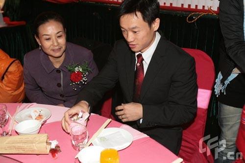 图文:杨威夫妇仙桃摆喜酒 杨威与亲友交谈