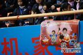 图文:乒球全锦赛女团次日 球迷挂起张怡宁海报