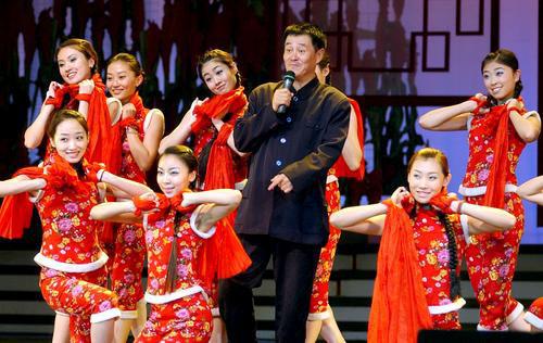 赵本山在舞台上倾情献艺