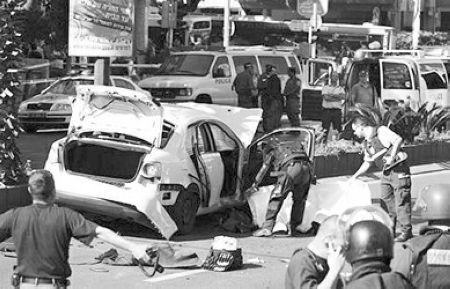 警方在爆炸现场进行调查