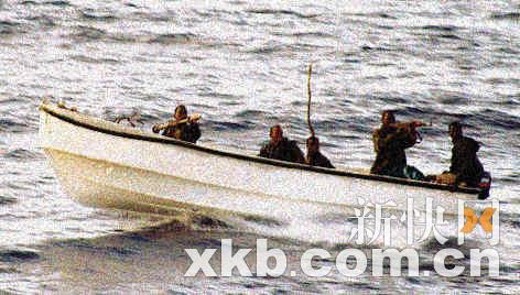 曾有英国游客拍下来犯的海盗船只,可见他们装备有火箭筒。