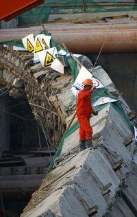 救援人员在搜寻失踪者早报记者 赵昀 图