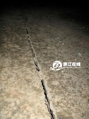 记者在现场南侧路面拍到的裂缝