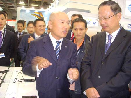 王建宙与杨骅在TD联盟展台前