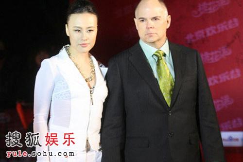 邬君梅携丈夫出席《桃花运》首映式