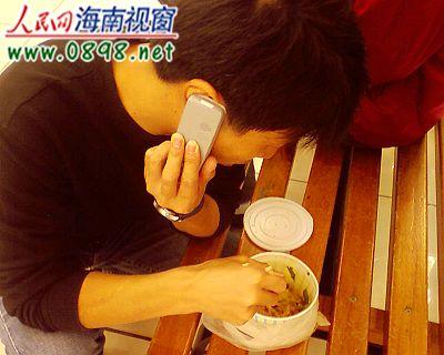 张先生称:我食用的这盒米粉里有虫子。