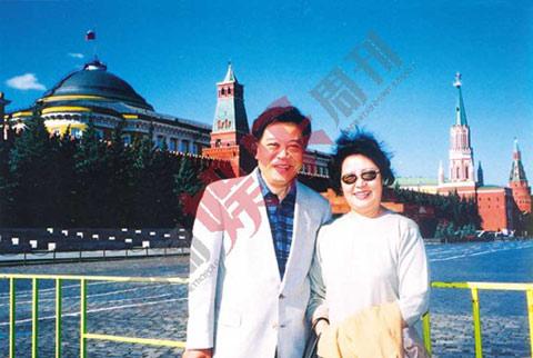 """赵忠祥与妻子旅行时合影。其妻张美珠曾是中国国际广播电台播音员,几年前退休回家操持家务。二人结婚40年,育有一子。赵忠祥对妻子的评价是""""贤惠、善解人意、心地善良""""。"""