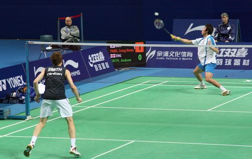 图文:中国羽球赛李矛现场指导 李矛关注比赛