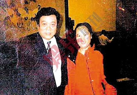 """2005年,女保健医生饶颖爆""""赵忠祥与自己有婚外情,且有性虐待癖好"""",还提供录音等证据。这张赵饶惟一的合影,是当时重要物证(当时饶颖看起来有点像芙蓉姐姐)。"""