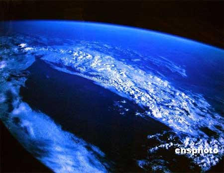 由神舟七号航天员费俊龙亲手拍摄的太空摄影009号作品--《地球、冰、云》。中新社发 钟欣 摄