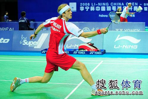 图文:中国赛首日比赛十分激烈 米罗伊迈步救球