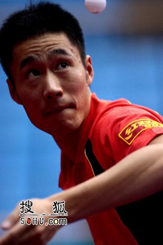 图文:全国乒乓球锦标赛第三日 王励勤发球瞬间