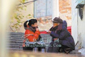 """记者扮成孕妇在市场三路附近找了一个""""半仙""""(右)算命"""