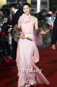 红毯:金敏善粉红色长裙踏上红毯