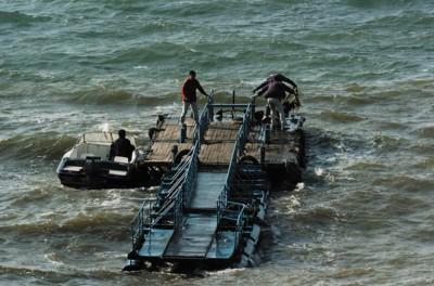 □事发海域一座浮桥被拖离危险海域