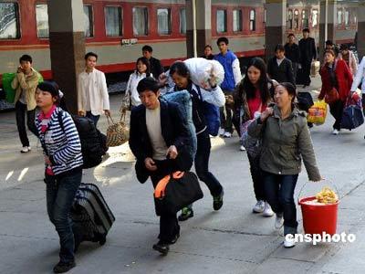2008年11月20日,宜昌市火车站,从广东等地提前返乡的农民工络绎不绝。近期,湖北宜昌市火车站里提前返乡的农民工持续不断,这些农民工主要返回鄂西、重庆、四川等地。中新社发刘君凤 摄