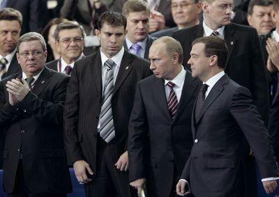 11月20日,俄总理普京和总统梅德维杰夫一起参加统一俄罗斯党会议。新华/路透