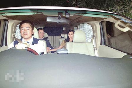 即将结婚的李嘉欣与许晋亨非常温馨,连坐车都一直牵手