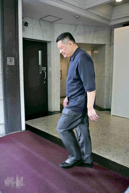 大刘昨天午膳后步出中国会,被问到会否为甘比的BB摆满月酒?他未有回应