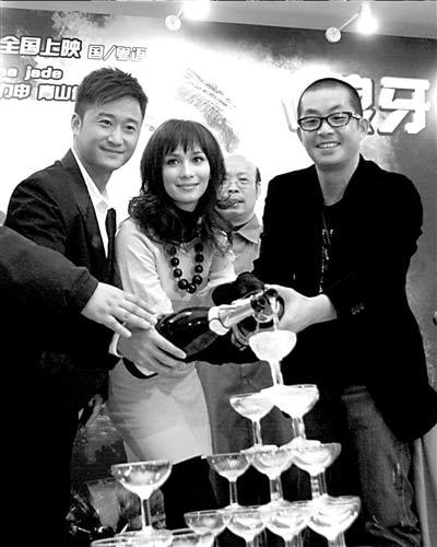 吴京(左)、女主角CelinaJade、李忠志一起倒香槟庆祝