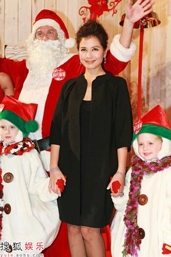 """钟楚红出席活动做主持,和""""圣诞老人""""迎接圣诞到来"""