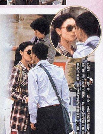 东京机场等候出关时,亨亨索吻