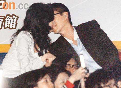 黎明演唱会上两人忘情亲吻