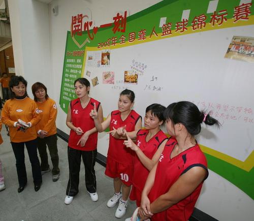 安利志愿者为广东运动员加油