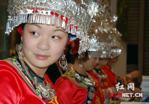 天下凤凰展位上,身着少数民族服装的美女,亦是此次旅交会湖南展区的一大亮点。