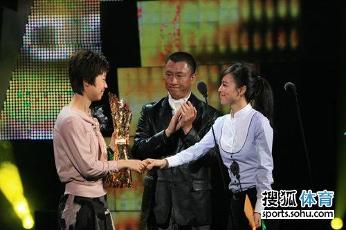 图文:张怡宁获劳伦斯最佳女运动员握手张静初潜水的奥力2图片
