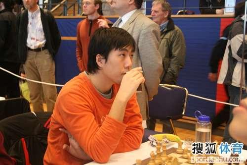卜祥志边下棋边喝咖啡