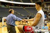 图文:[NBA]火箭VS奇才 姚明与范甘迪拉手