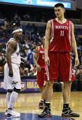 图文:[NBA]火箭胜奇才 姚明矗立内线
