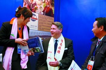 美国南卡州旅游官员戴上了宣传湖南旅游的围巾
