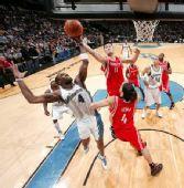 图文:[NBA]火箭胜奇才 姚明内线抓板
