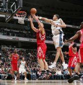 图文:[NBA]火箭胜奇才 姚明内线欲阻扰防守