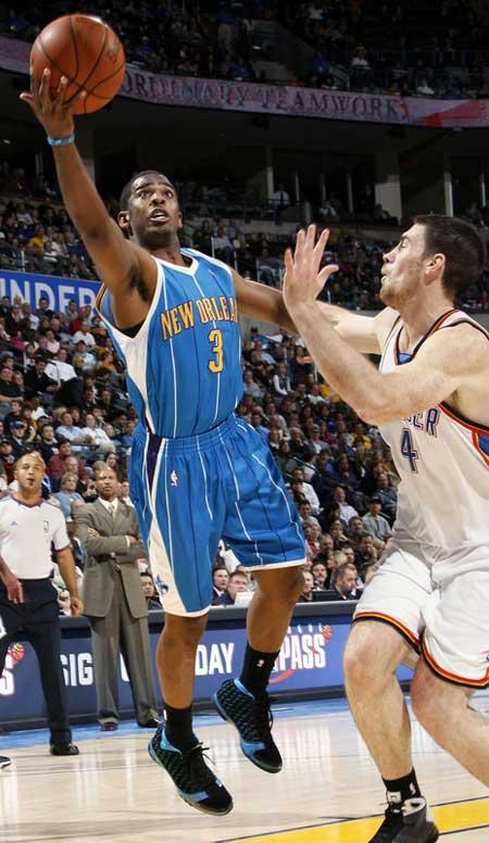 图文:[NBA]黄蜂VS雷霆 保罗右侧突破上篮